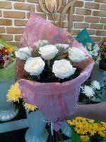 7 белых роз с сердечком